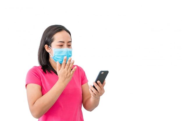 Coronavirus covid-19, во время содержания под стражей дома женщины в масках используют телефоны для видеозвонков друзьям.