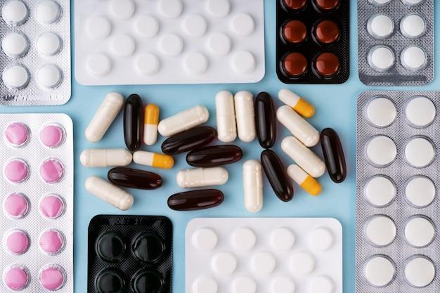 코로나 바이러스 covid-19 발발. 물집, 알약, 약물, 캡슐, 약의 정제