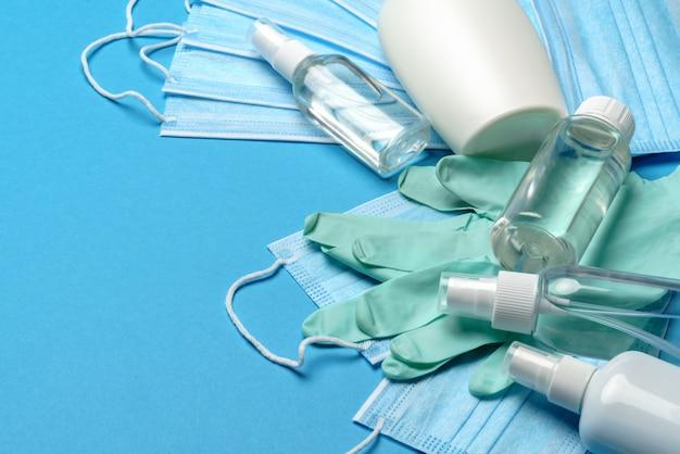 コロナウイルスcovid-19パンデミックコンセプト-抗ウイルス性の外科用保護医療用マスク、ゴム製のラテックス手袋、コロナウイルスからの保護のための消毒用アルコール消毒剤