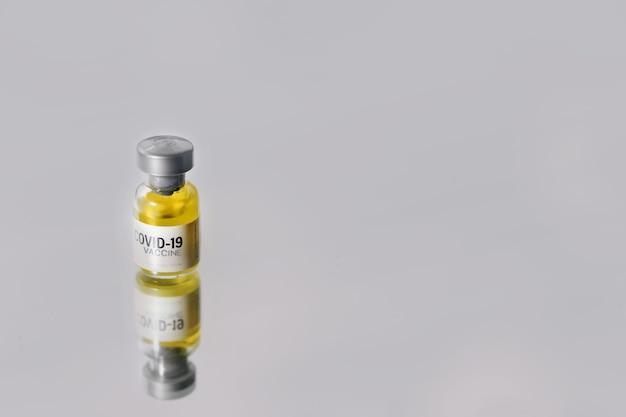 코로나바이러스 covid-19 백신 바이알은 코로나 바이러스 감염의 예방, 면역화 및 치료에 사용됩니다. 건강 관리 및 의료 개념.