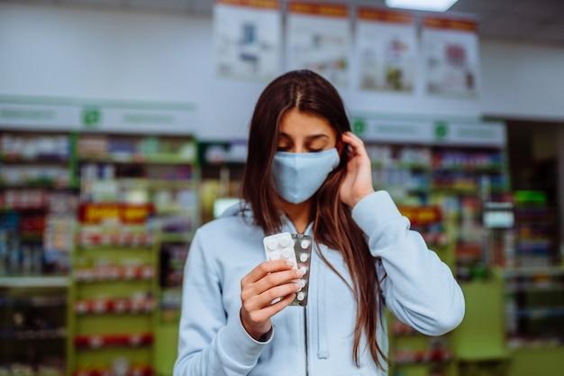 コロナウイルス。 covid19。女性は彼の手に薬、ビタミンや薬を取り、示しています。ビタミンや錠剤。健康と治療のコンセプト。