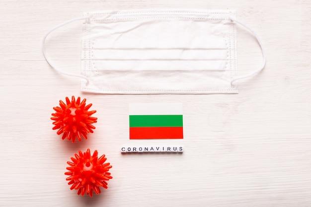 코로나 바이러스 covid 개념 평면도 보호 호흡 마스크 및 불가리아의 국기