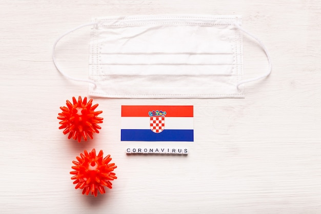 코로나 바이러스 covid 개념 평면도 보호 호흡 마스크와 크로아티아의 국기