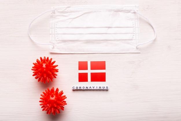 코로나 바이러스 covid 개념 평면도 보호 호흡 마스크 및 덴마크의 국기