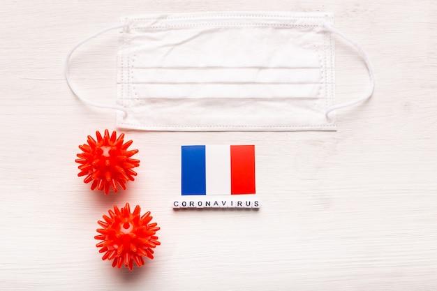코로나 바이러스 covid 개념 평면도 보호 호흡 마스크 및 프랑스의 국기