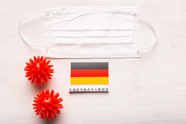 코로나 바이러스 covid 개념 평면도 보호 호흡 마스크 및 독일의 국기