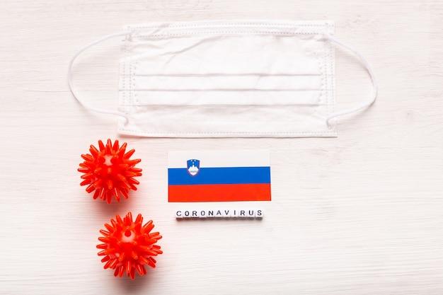 코로나 바이러스 covid 개념 평면도 보호 호흡 마스크 및 슬로베니아의 국기