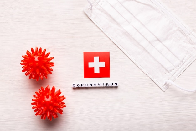 코로나 바이러스 covid 개념 평면도 보호 호흡 마스크 및 스위스의 국기