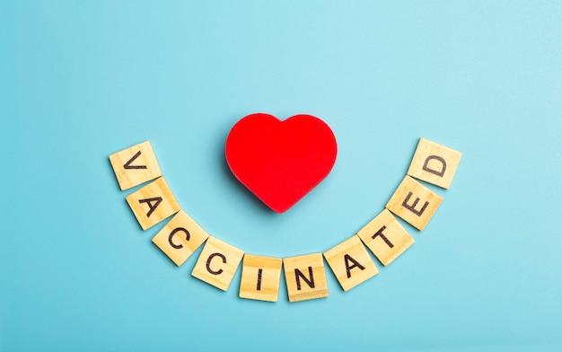 青い医学的背景にワクチン接種されたコロナウイルスコビッドワクチン接種の最小限の概念の碑文こんにちは...