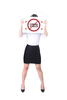 コロナウイルス、covid19。パンデミックに対するポスターを持っている女性