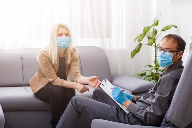 코로나 바이러스 감염병 유행. 심리학자와 보호 마스크를 쓴 환자. 검역 코로나 바이러스 동안