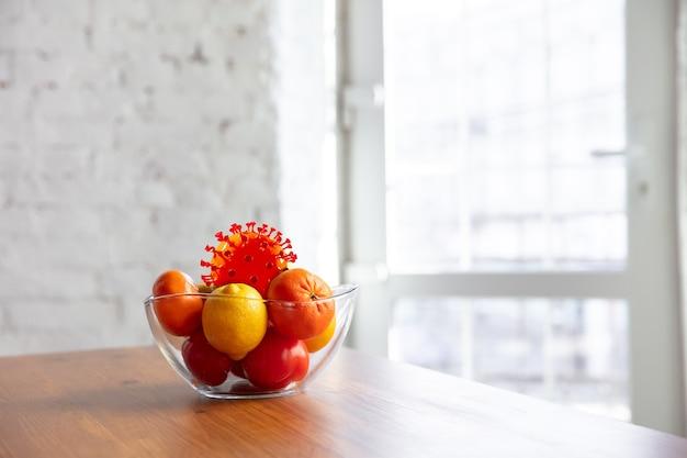 일상에 숨어 있는 코로나바이러스 - 과일과 음식의 청결도와 신선도를 확인하세요. 무리 중 하나입니다. 부엌 테이블에 사과, 오렌지, 레몬. 전염병, 전염병 개념, 소독.