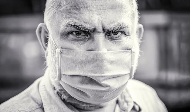 코로나바이러스, 질병, 감염, 검역, 의료 마스크. 마스크를 쓴 노인. 근접 촬영 흑인과 백인