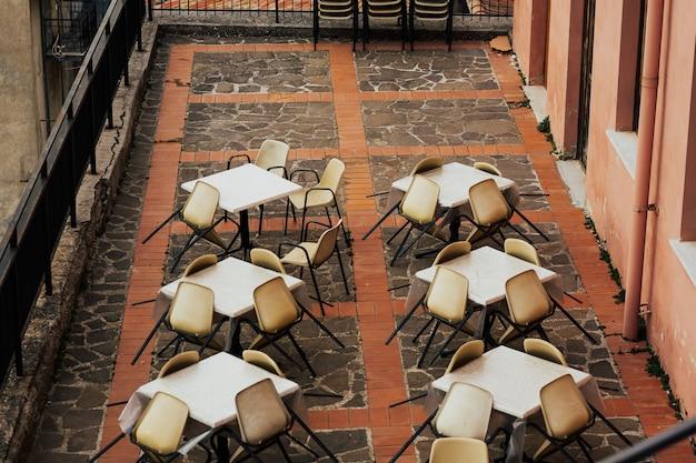 Воздействие коронавируса, пустые столы в ресторане и кафетерии.