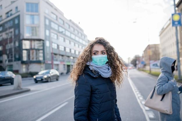 都市のコロナウイルス、予防と保護の概念。