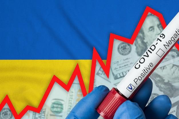ウクライナのコロナウイルス。旗の背景に陽性の血液検査。発生率の増加。経済危機。