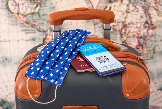 코로나 바이러스. 여행용 수하물 및 문서, 예방 접종을 받은 사람들을 위한 그린 카드 디지털 예방 접종 증명서 - 휴대 전화 응용 프로그램