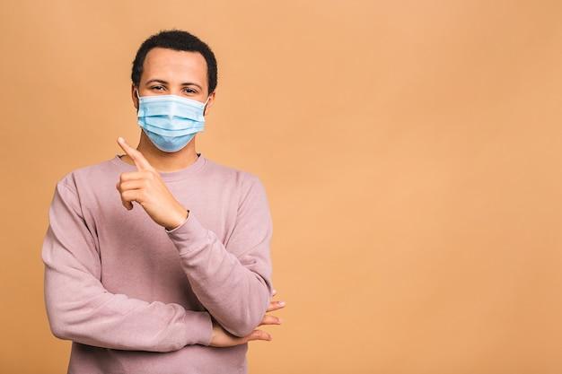 Коронавирус. мужчина в гигиенической маске для предотвращения инфекций, респираторных заболеваний, передающихся по воздуху, таких как грипп