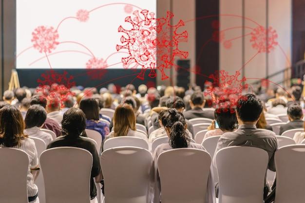Вспышка коронавирусной сети над аудиторией, вид сзади выступающие на сцене