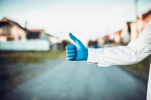 코로나 바이러스 또는 covid-19 박테리아는 핸드 셰이크 또는 터치 개념으로 확산됩니다. 악수를 거절하십시오. 사업가 악수와 바이러스 확산. 검은 장갑을 끼고 동료로 함께 손을 잡고 의사.