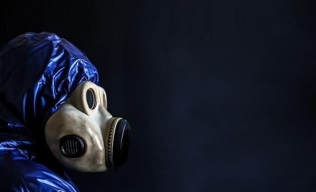 コロナウイルスアウトブレイク。防毒マスクの男。危険なインフルエンザ株の症例。世界的流行病。健康問題の概念。