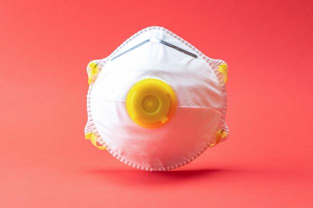 コロナウイルスの大流行の保護。赤の衛生医療安全マスク。パンデミック医療健康リスク概念としての危険なインフルエンザ株ケース