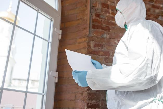 コロナウイルスパンデミック。防護服とマスクの消毒器