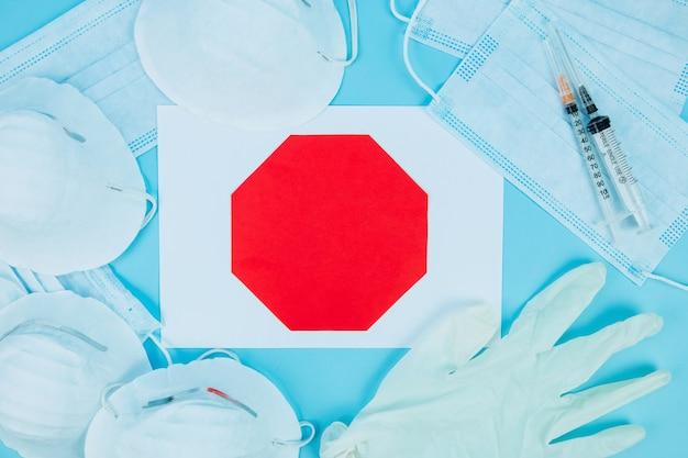 コロナウイルスパンデミック。インフルエンザの病気に対する保護のための抗ウイルス医療マスク。外科用マスク。 covid中東呼吸器症候群コロナウイルス。コロナウイルス病2019、covid-19。家にいる