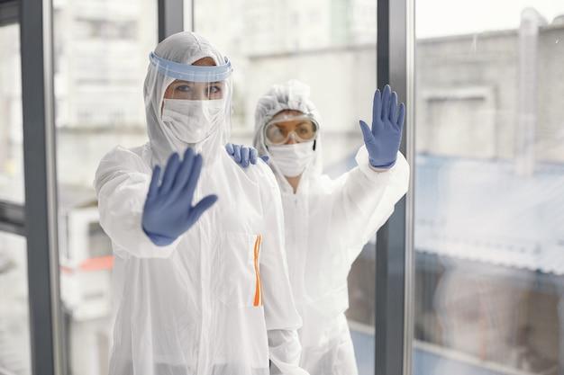 Coronavirus pandemia covid-2019. tuta protettiva, occhiali, guanti, maschera.