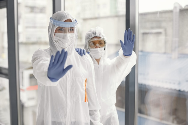 Пандемия коронавируса covid-2019. защитный костюм, очки, перчатки, маска.