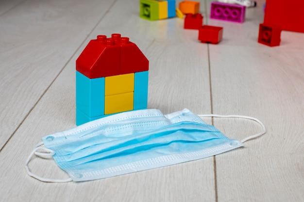 コロナウイルスパンデミックパンデミックの概念子供たちのブロックの家は、医療の隣の床にあります