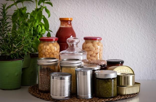 コロナウイルスパンデミック。検疫で隔離されている期間中の食糧の少量供給。シリアル、マメ科植物、ジャム、パスタ、米、缶詰の缶入りガラス瓶
