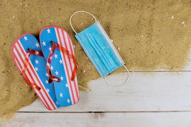 パンデミックメディカルマスク中のビーチでの休暇中のコロナウイルス保護禁止とビーチでの休息に対する保護具