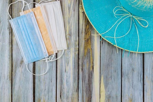 パンデミック医療マスク中のビーチ休暇中のコロナウイルス保護禁止とビーチでの休息に対する保護具