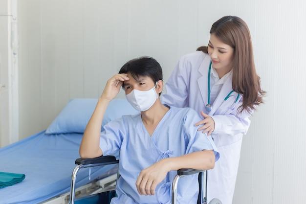 코로나바이러스 보호 개념 아시아 의사 여성이 얼굴 마스크를 쓴 남자 환자와 이야기