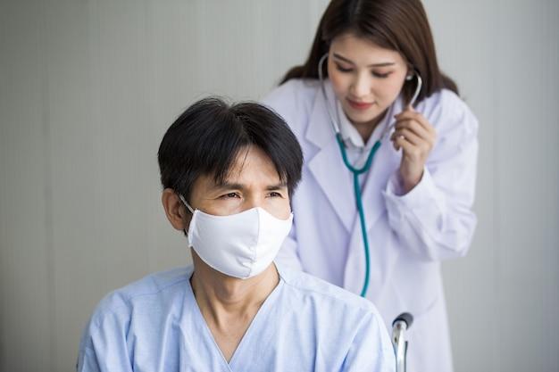 코로나바이러스 보호 개념 아시아 여성 의사는 청진기를 사용하여 폐 리듬을 확인합니다