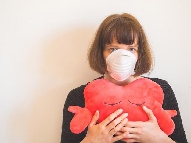 コロナウイルス検疫の概念。フェイスマスクの女性