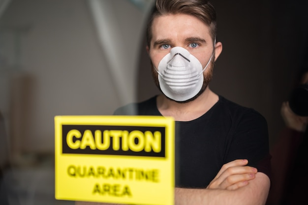 Коронавирус, карантин, covid-19 и концепция пандемии. грустный и больной человек вируса короны смотрит в окно