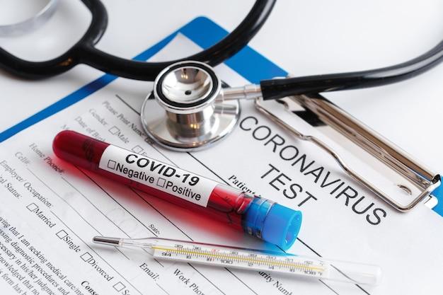 코로나 바이러스 테스트. 혈액 샘플과 온도계의 클로즈업