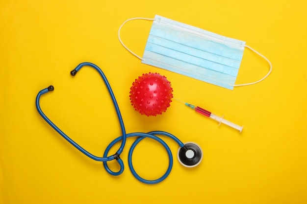 코로나 바이러스 백신, 진단. 바이러스 스트레인 및 주사기, 청진기, 노란색 마스크.