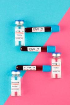 Fiale di vaccino contro il coronavirus e disposizione dei test