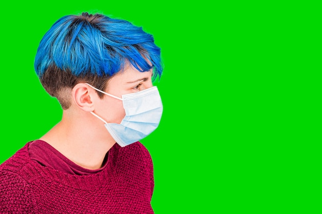 코로나 바이러스 여자 입고 보호 마스크 녹색 배경입니다. 바이러스 보호 호흡 마스크. 녹색 화면