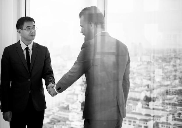 Рукопожатие корпоративных деловых людей