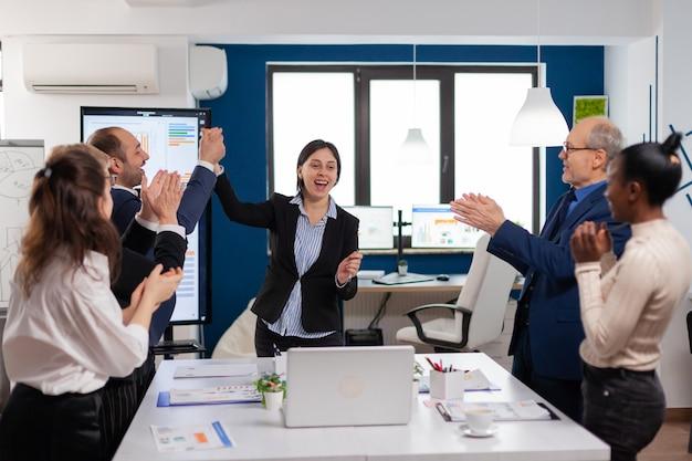 会議室の勝利、勝者のスタートアップの成功コンセプトを達成する企業のビジネスチーム