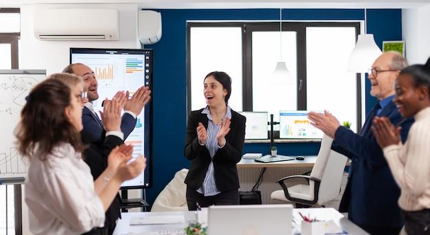 성공 개념을 달성하는 기업 비즈니스 팀
