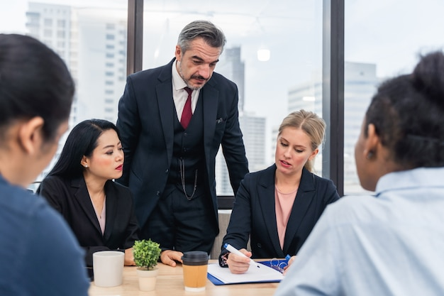 企業のビジネスチームと会議でマネージャー。現代のコワーキングオフィスで素晴らしいビジネスの議論を行う同僚の若いチーム。