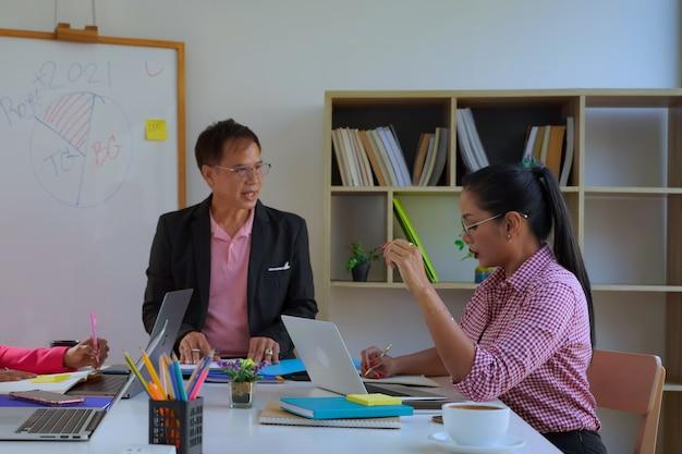 Covid 기간 동안 고민된 판매 계획 회의에서 기업 비즈니스 팀 및 관리자, 비즈니스 아이디어