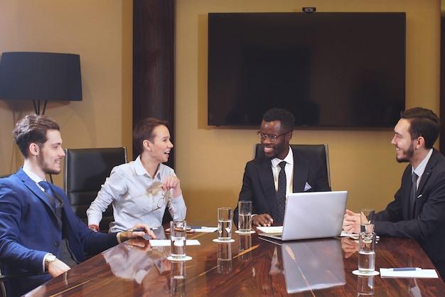 モダンなオープンプランオフィスでの企業のビジネスチーム会議。