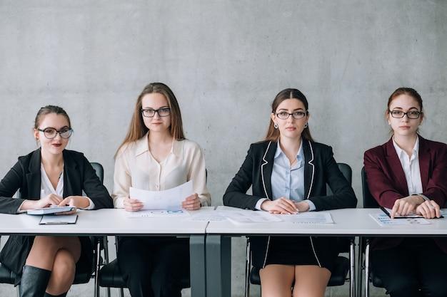 기업 회의. 비즈니스는 토론이 중요합니다. 회의실의 이사회 구성원. 카메라를 직접 바라 보는 임원.
