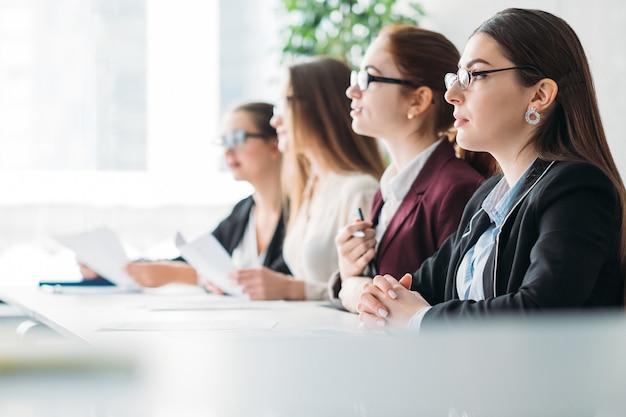 기업 회의. 비즈니스는 토론이 중요합니다. 회의실의 이사회 구성원.